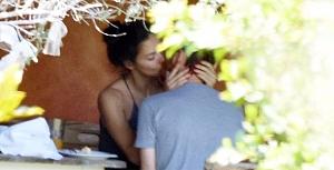 Adriana Lima öpmeye doyamadı