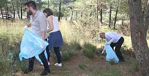 Çevre gönüllüsü gençler atık topladı