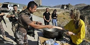 Çukurca'da askere aşure ikramı