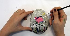 Kartallı kadınlar taşlara renk verdi