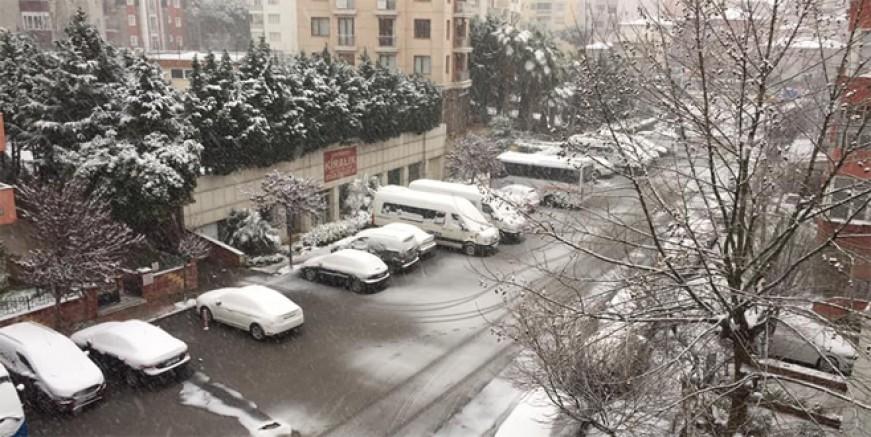 Beklenen kar geldi; İstanbul beyaza büründü!