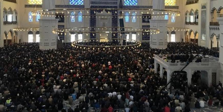 Çamlıca Camii Ramazan'ın ilk cumasında doldu taştı