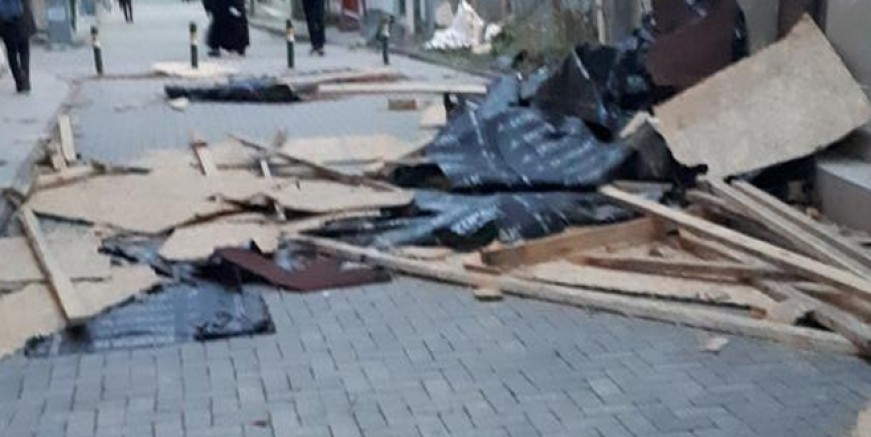 İstanbul'da fırtına çatıyı uçurdu