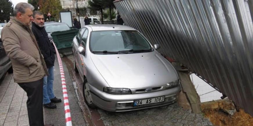 Maltepe'de kaldırım çöktü araç askıda kaldı!