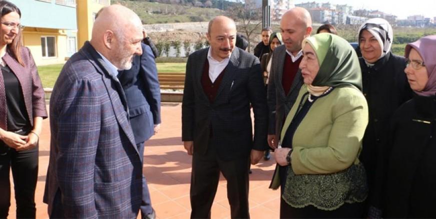 Semiha Yıldırım'dan Kartallı yaşlılara sürpriz ziyaret