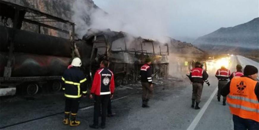 TIR' a çarpan yolcu otobüsü yandı: Çok sayıda ölü var
