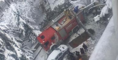 Kartal'da kar yağışı ağaçları devirdi