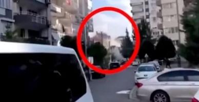İzmir depreminde bir binanın yıkılma anı